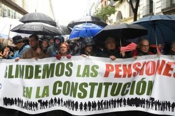 GRAF4248. MADRID (ESPAÑA), 17/03/2018.-Varios asistentes a la manifestación por unas pensiones dignas convocada por la Mesa Estatal por el Blindaje de las Pensiones (MERP), a la que han acudido miles de personas en la capital de España.EFE/Fernando Villar
