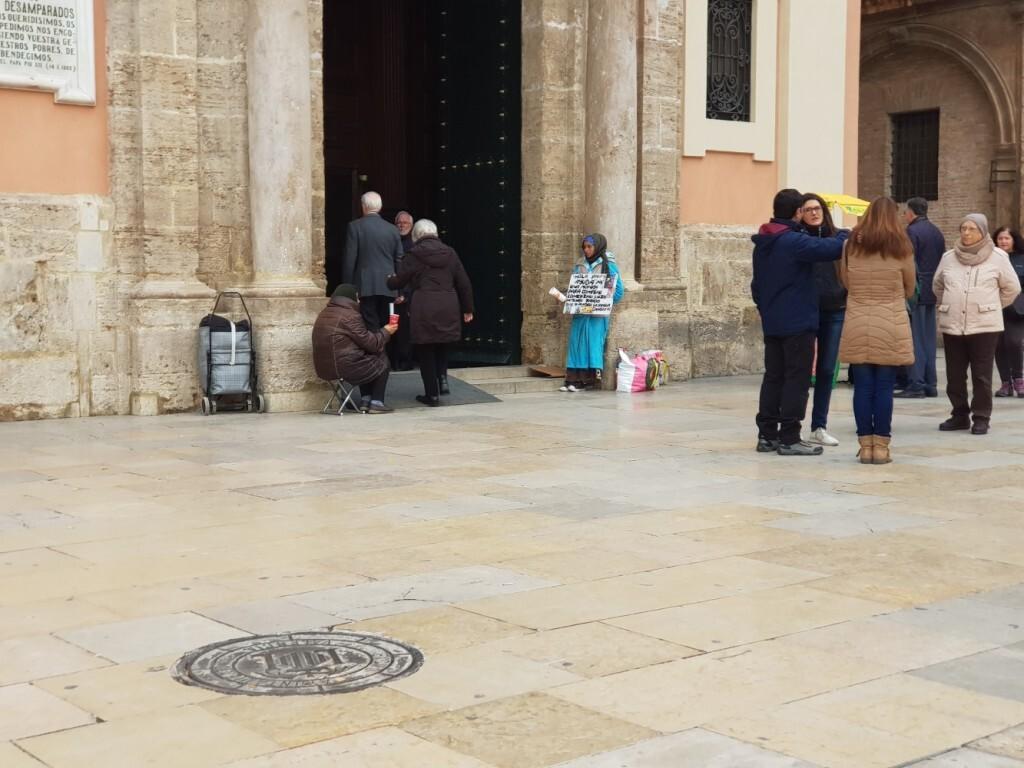 mendigos plaza de la virgen 20180301_123052 (5)