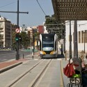 Dos heridos al chocar contra un tranvía en València