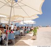 La playa de la Malvarrosa presenta un aspecto muy animado tanto en la propia playa, por la cantidad de servicios que ofrece como en el Paseo Marítimo que la delimita. Entre ellos destaca su diversa oferta gastronómica.