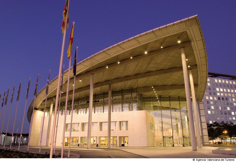 El Palacio de Congreoso de Valencia, es un edificio multi-funcional ubicado en la Avinguda de les Corts Valencianes. Fue diseñado por el arquitecto británico Norman Foster e inaugurado en 1998.