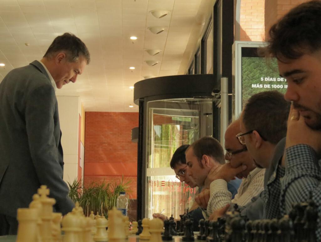 Miguel Illescas durante su partida simultanea a 25 tableros