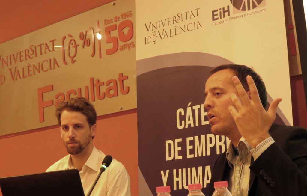 Francisco Vallejo durante su exposición junto al Maestro Internacional valenciano, Enrique Llobell