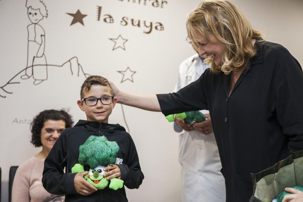 la periodista y presentadoraCarolina Ferreentregando peluches 'Brocolín' entre los niños de IMED Valencia