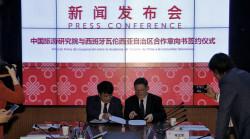 Pekín (China), 17/04/2018. El president de la Generalitat, Ximo Puig (dcha), firma con el presidente de la Academia China de Turismo, Dain Bin, un convenio de cooperación en el marco de la visita institucional y empresarial de la Comunitat Valenciana a China. EFE/Manuel Bruque