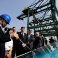 GRAF4949. TIANJIN (CHINA), 16/04/2018.- El president de la Generalitat, Ximo Puig (c), atiende las explicaciones durante su visita a las instalaciones del puerto de Tianjin, con quien la Autoridad Portuaria de Valencia firma un convenio de lineas de actuación en beneficio mutuo. EFE/ Manuel Bruque