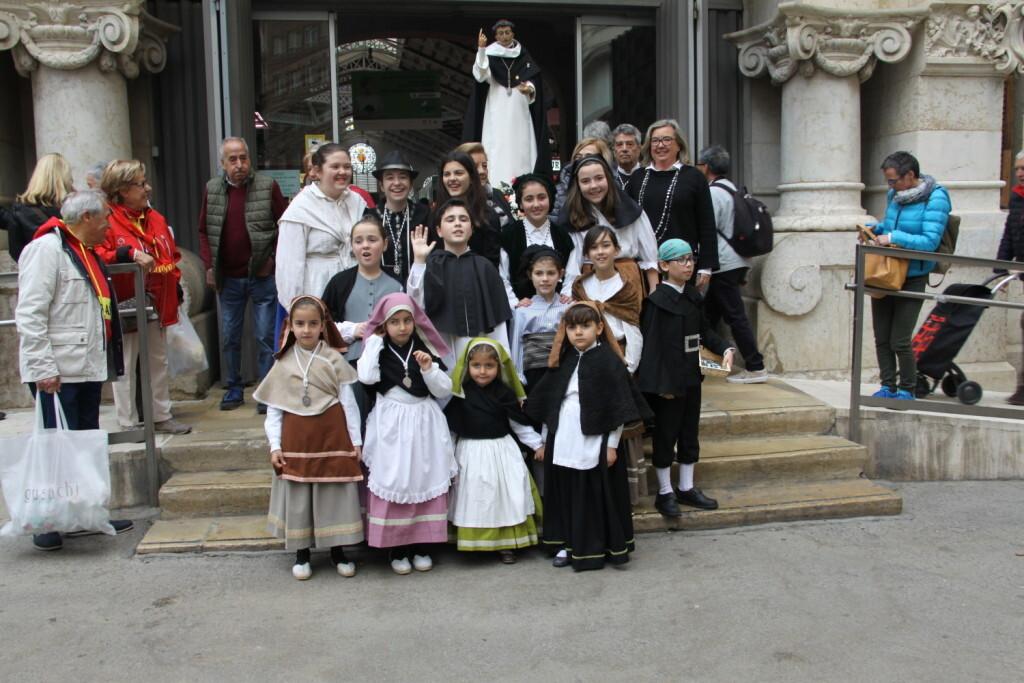 La imagen peregrina de Sant Vicent Ferrer recorre el Mercado Central (1)