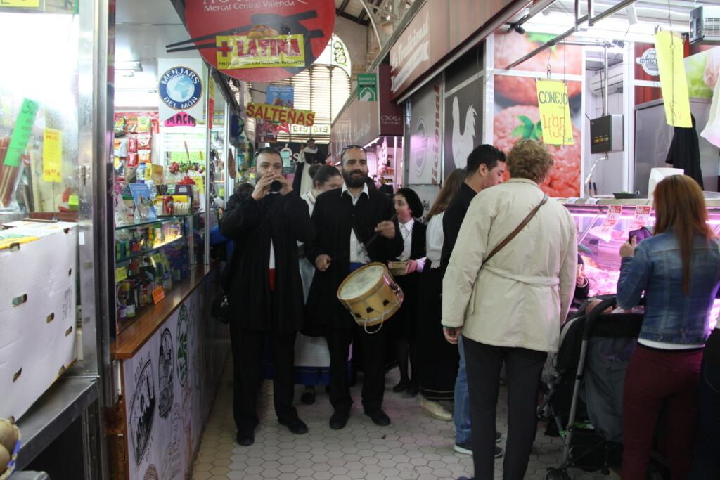 La imagen peregrina de Sant Vicent Ferrer recorre el Mercado Central (2)