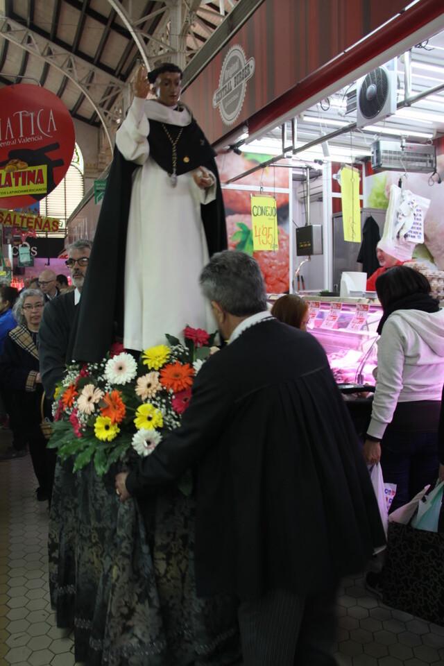 La imagen peregrina de Sant Vicent Ferrer recorre el Mercado Central (3)