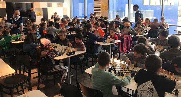 Los participantes en plena competición.