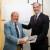 Julio Carrasco, presidente de ASECOB, ha recibido de manos del presidente de Propeller Valencia, Francisco Prado, una metopa conmemorativa.