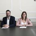 """La regidora de Turisme, Sandra Gómez, i el regidor de Comerç, Carlos Galiana, signen el """"Protocol de bones pràctiques per al turisme en el Mercat Central"""" ,foto Jose Jordan"""