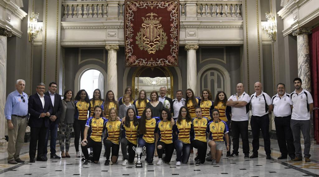 L'alcalde de València, Joan Ribó, acompanyat de la regidora d'Esports, Maite Girau, i altres membres de l'equip de govern, rep la Selecció Valenciana Sub 18 de rugbi femení, campiones d'Espanya de seleccions autonòmiques.  Foto Jose Jordan