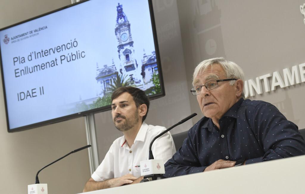 L'alcalde de València, Joan Ribó, acompanyat del regidor de Govern Interior, Sergi Campillo, presenta en roda de premsa el nou projecte d'enllumenat públic  Foto Jose Jordan