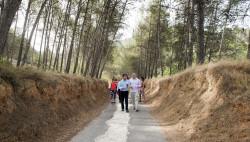 1- Jorge Rodríguez recorre junto al alcalde uno de los caminos de Enguera