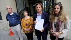 El presidente de Actúa Baleares, Jorge Campos (segundo por la derecha) presenta una denuncia contra el rapero Valtonyc por presuntamente animar a matar a guardias civiles