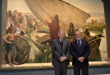 Felipe Garín y Rafael Alcón delante de la obra 'Yo soy el pan de la vida'