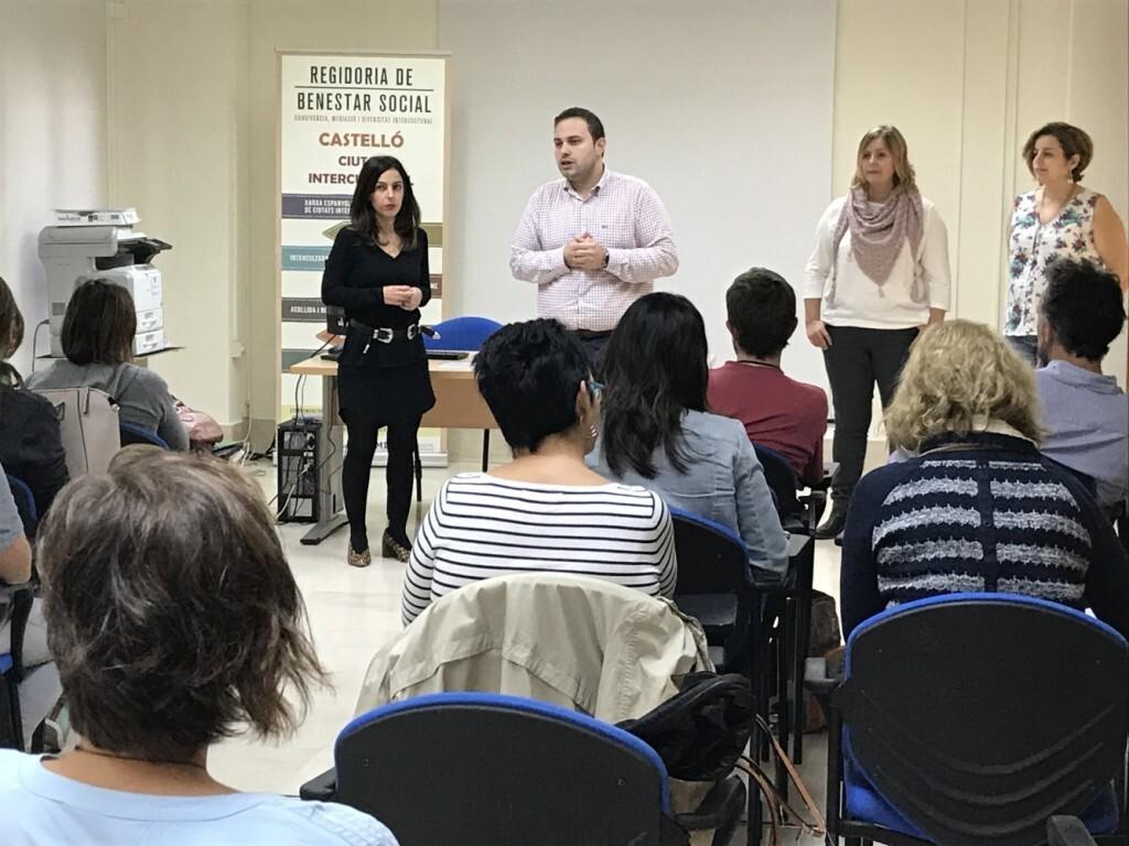López, en una visita als participants de la campanya de sensibilització intercultural 'Nosotros-Nosaltres'