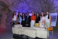 La Bellea del Foc y sus Damas de Honor visitan el Museo de Aguas de Alicante.