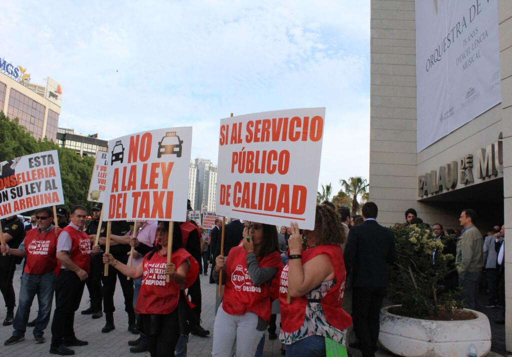 Protesta taxistas contra ley taxi Generalitat ante Palau Musica