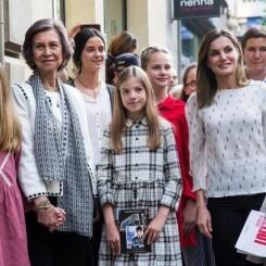 Doña Sofía comparte con la reina Letizia y sus cuatro nietas una tarde de teatro