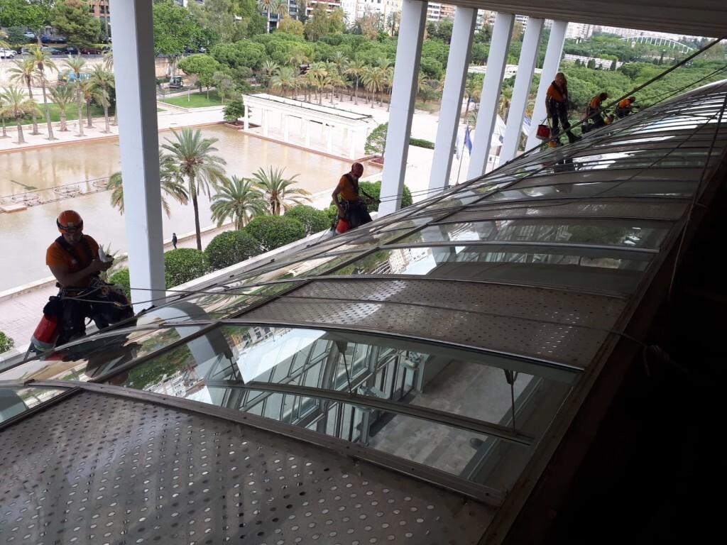 0613 -Palau Música neteja vidriera (1)