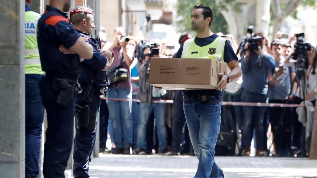 GRAF4042. VILANOVA (BARCELONA), 05/06/2018.- Investigadores de los Mossos d'Esquadra acceden a la vivienda del hombre detenido en relación con el asesinato de una niña de 13 años ayer en Vilanova i la Geltrú (Barcelona), en mismo bloque en el que viven los abuelos de la niña, y donde anoche fue encontrada muerta la menor. EFE/Andreu Dalmau