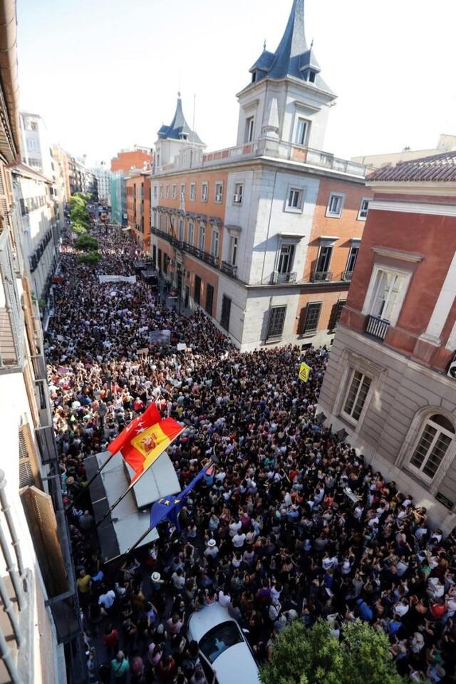 GRAF5586. MADRID, 22/06/2018.- Manifestación de mujeres en Madrid, esta tarde ante el Ministerio de Justicia, en protesta por la puesta en libertad bajo fianza de los cinco miembros de la Manada, condenados a nueve años de prisión por un delito de abuso sexual de una joven madrileña durante los Sanfermines de 2016. EFE/Juan Carlos Hidalgo