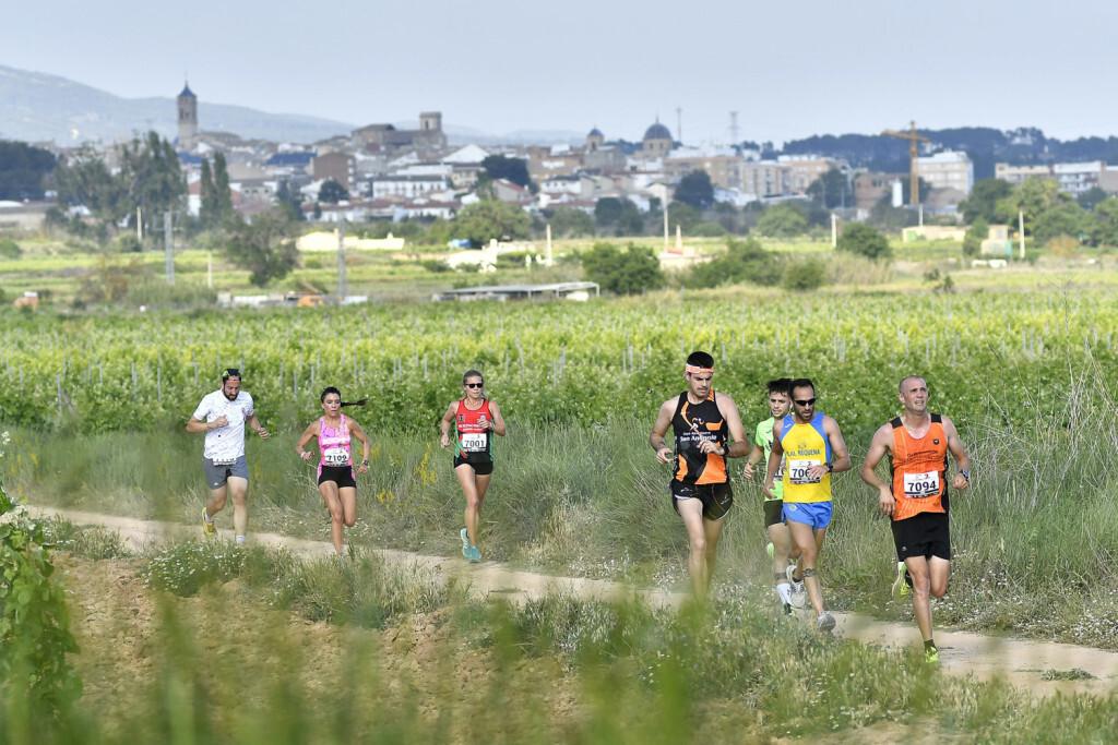 Una imagen de la carrera entre viñedos, con la ganadora de la prueba, Raquel Landín (camiseta roja).