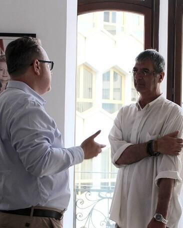 El cónsul durante la entrevista en la nueva sede.
