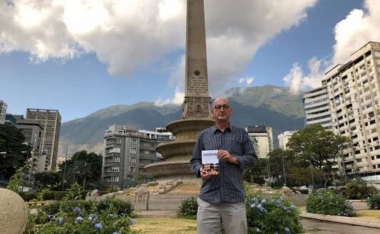 Eric Lagarde frente al obelisco en Caracas.