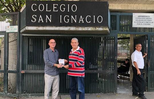 Eric Lagarde y el profesor de literatura Carlos Carrasquel con antología de los talleres de escritura.