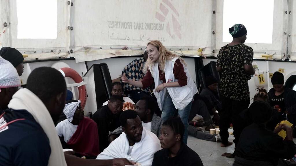 La tripulación del Aquarius ameniza el viaje a los migrantes