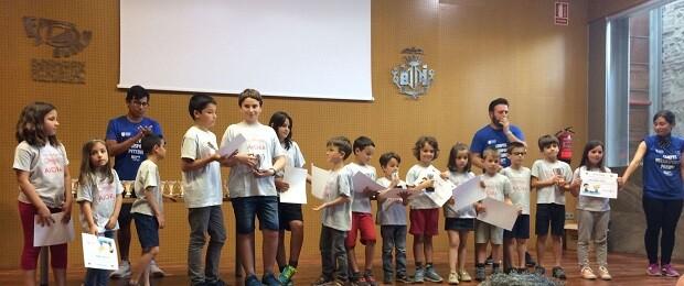 Los alumnos del Colegio Aiora recibiendo sus diplomas.