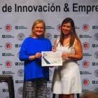 Carmen De Rosa entrega el premio Ateneo Startup Europe Accelerator a Rocío Cortes por su proyecto MundoArti