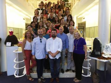 Profesores y alumnos de la Escuela de Formación del Gremio junto a Fran Tochena, Natxo Costa y Miquel Clemades