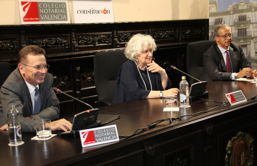 foto Conferencia Teresa Freixes con Decano y Vte Garrido
