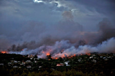 A wildfire rages in the town of Rafina, near Athens, Greece, July 23, 2018. REUTERS/Alkis Konstantinidis      TPX IMAGES OF THE DAY