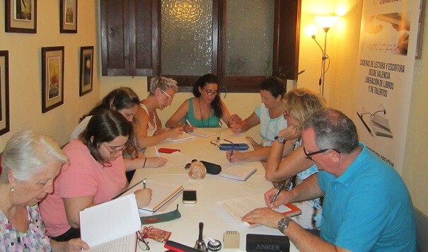 2 integrantes de los talleres de verano de LIBRO, VUELA LIBRE