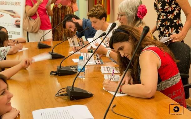 6 Los autores de Cada mirada es única dedicando la antología.