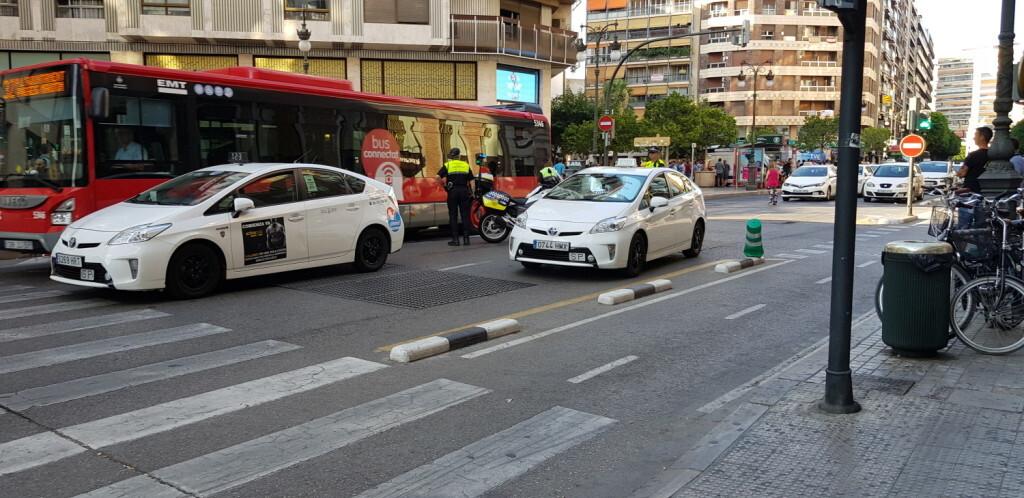 Cerrada a la circulación la calle Colón de València por la huelga de taxistas 20180730_183749(19)