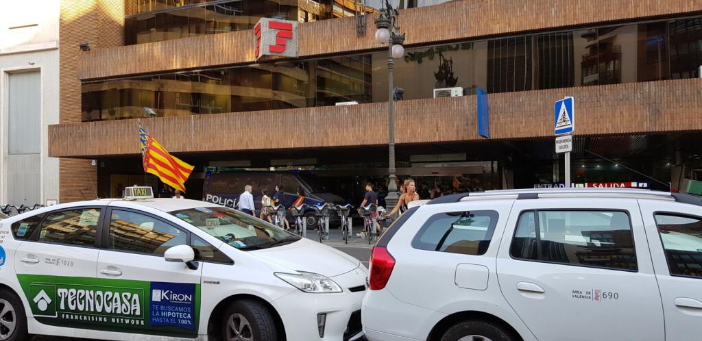 Cerrada a la circulación la calle Colón de València por la huelga de taxistas 20180730_183749(21)