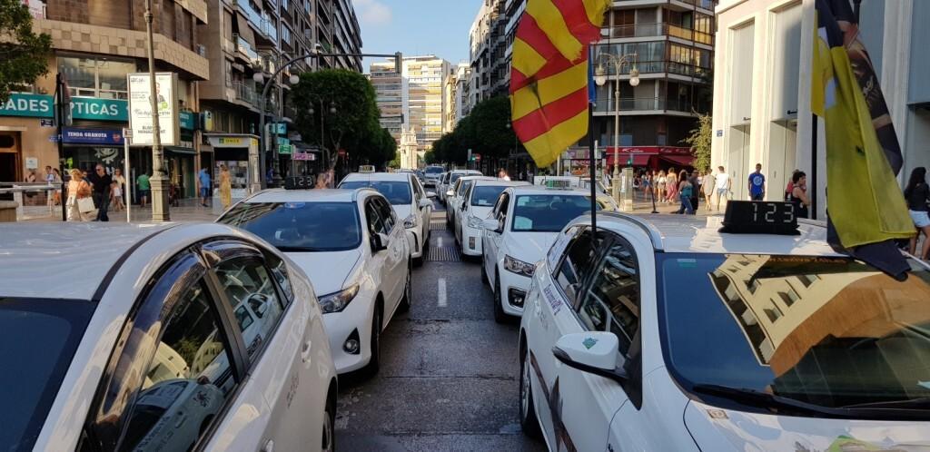 Cerrada a la circulación la calle Colón de València por la huelga de taxistas 20180730_183749(27)