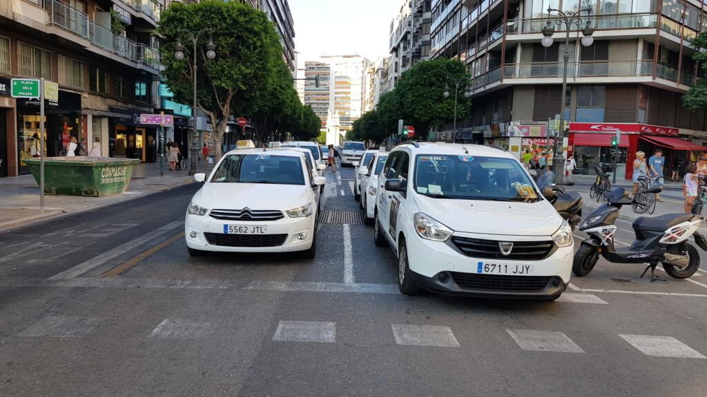 Cerrada a la circulación la calle Colón de València por la huelga de taxistas 20180730_183749(39)