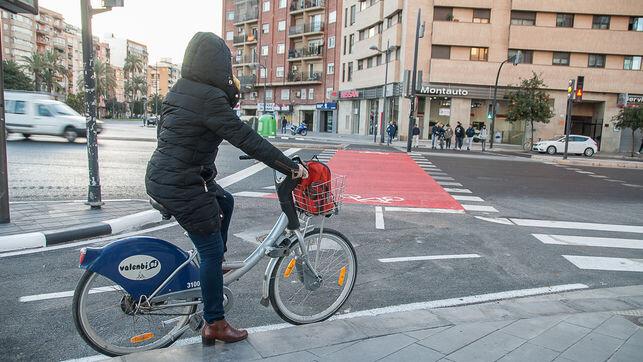 Ciclista-carril-Manuel-Sanchis-Guarner_EDIIMA20171127_0781_4