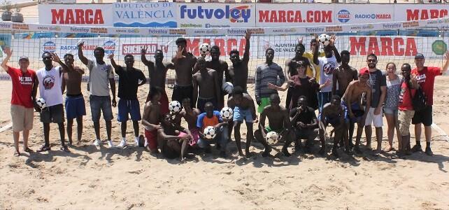 El Torneo de Futvoley en Valencia colabora con Cruz Roja en ayuda humanitaria a los inmigrantes.