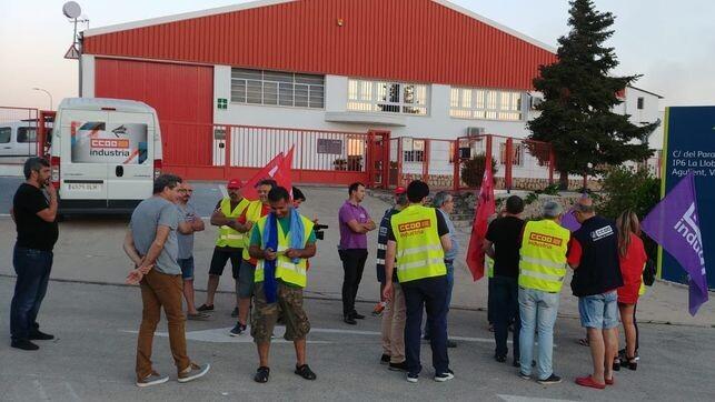 Imagen-huelguistas-Agullent-puertas-empresa_EDIIMA20180719_0123_19
