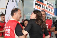Monica Oltra con taxistas Plataforma (1)