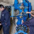 Técnicos de Egevasa trabajan en la red de abastecimiento de un municipio valenciano