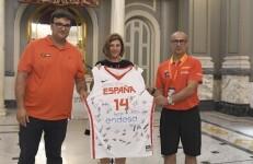 La regidora d´Esports, Maite Girau, assistix a la recepció dels equips participants en el Torneig de Seleccions Nacionals U14 Masculines de Bàsquet